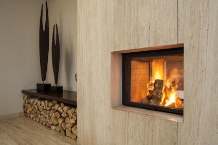 Der Untergrund Wird Beständig Geschützt, Die Erzeugte Wärme Im Kamin Wird  Auf Ideale Weise Abgegeben. Feuer Als Existenzielles Element ...
